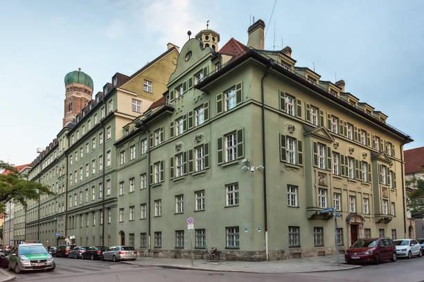 polizeistation löwengrube münchen. haupteingang von der wichtigsten diebstahlvorganges in münchen. - arbeit in münchen stock-fotos und bilder