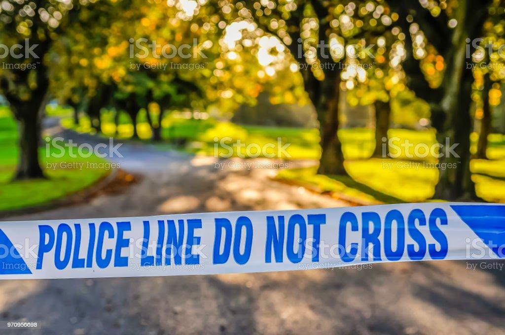 Polizei-Band erstreckte sich über dem Eingang zu einem Park nach einem Mord – Foto