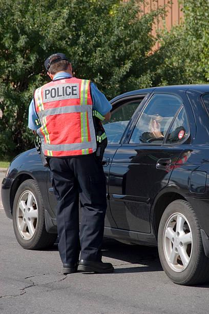 polizei-ticket schreiben eine beschleunigung - karte ziehen stock-fotos und bilder