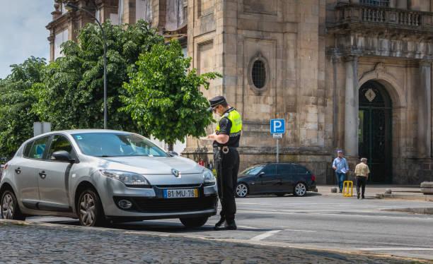 polizist prüft und schreibt einen strafzettel - karte ziehen stock-fotos und bilder