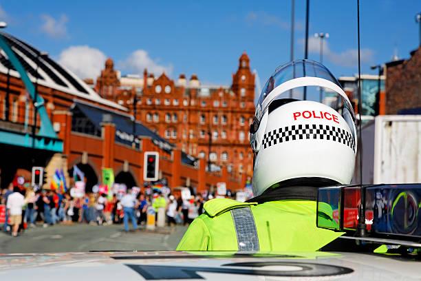 polizist auf motorrad helm uhren city center, march. mehr unten. - britische politik stock-fotos und bilder
