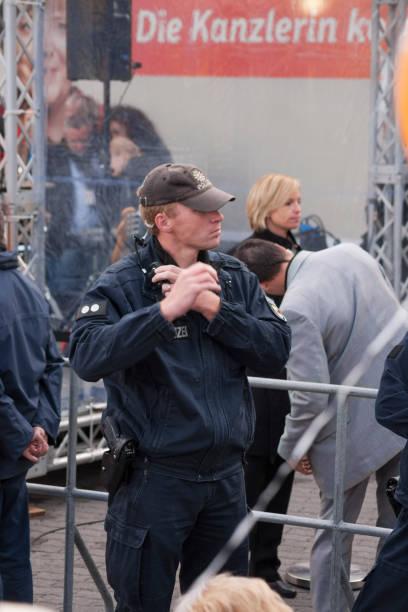 polizist spricht über das headset - merkel cdu stock-fotos und bilder