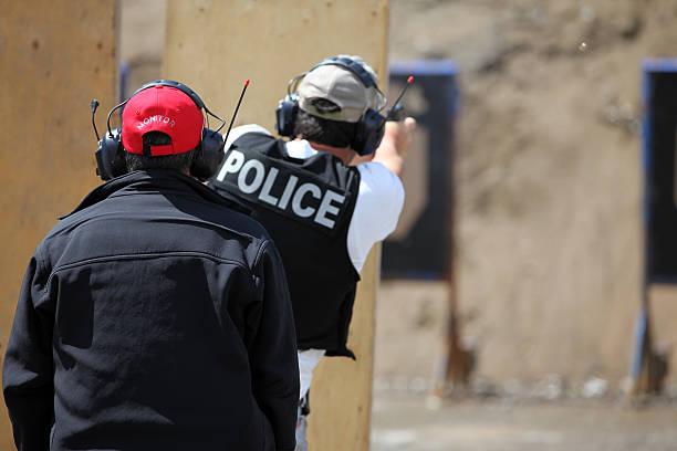 policeman officer strzelać 9 mm ręczna broń palna z instruktorem - tarcza broń zdjęcia i obrazy z banku zdjęć