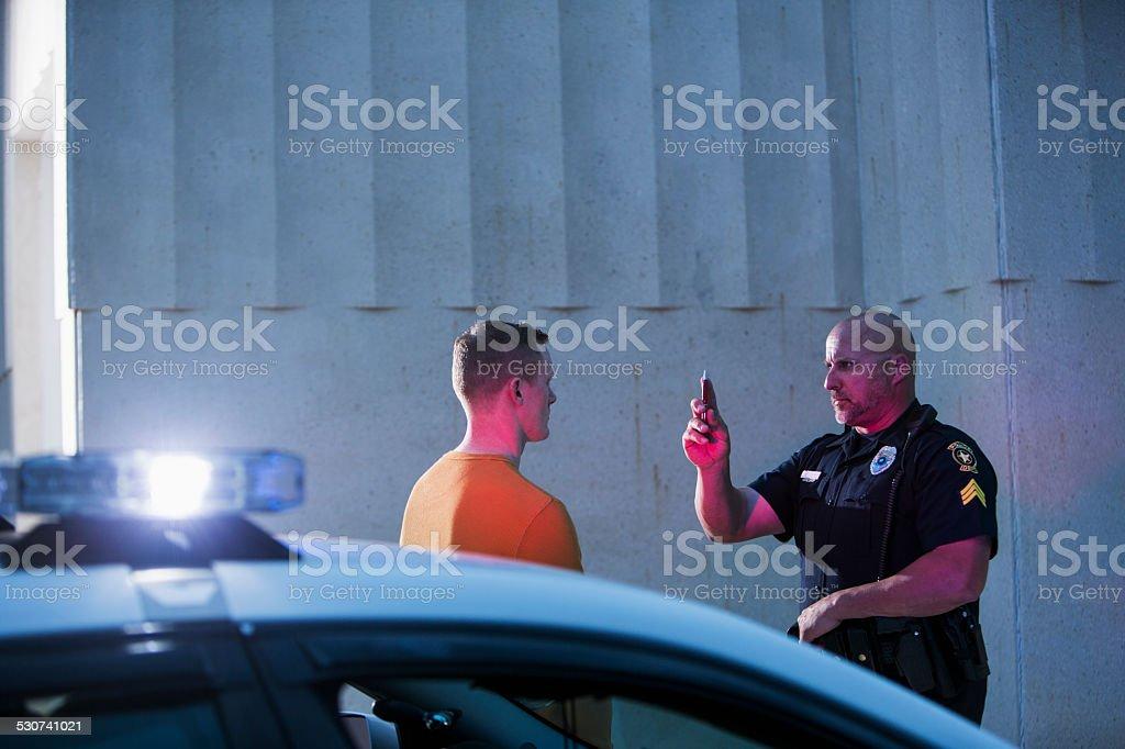 Policeman esecuzione di test dell'alcol sul conducente - foto stock