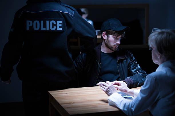 Polícia, suspeito e feminino agente - foto de acervo