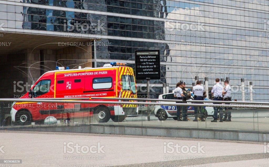 Policías y soldados una reunión junto a una ambulancia - foto de stock
