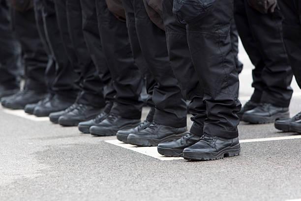 polícias pernas e botas - parte inferior - fotografias e filmes do acervo