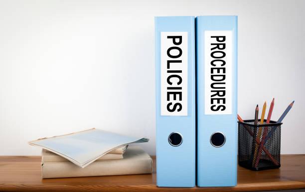 richtlinien und verfahren bindemittel im büro. briefpapier auf einem holzregal - anleitung konzepte stock-fotos und bilder