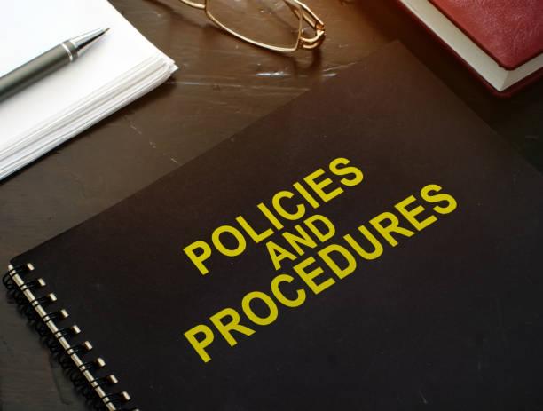 richtlinien und verfahren unternehmensdokumente auf einem schreibtisch. - strategie stock-fotos und bilder