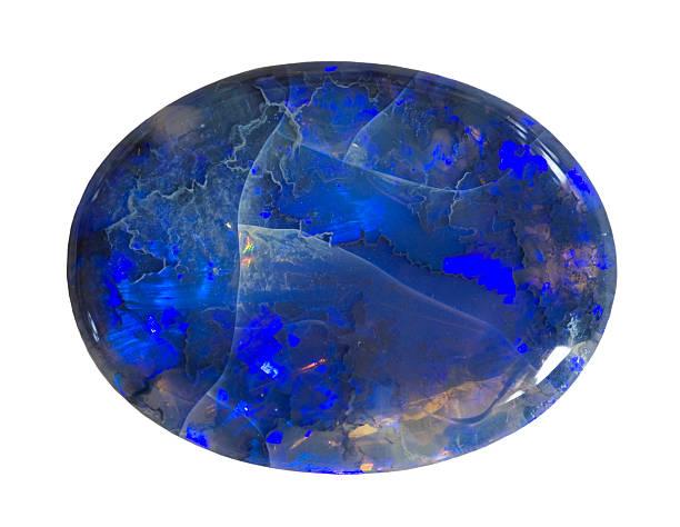 Poliertes schwarzes opal isoliert auf weiß. – Foto