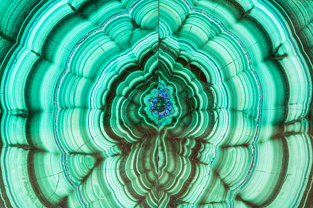 glatte oberfläche aus malachit mineral stein - malachit stock-fotos und bilder