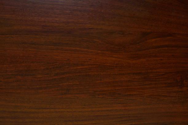 polierte holz textur. der hintergrund der polierten holztextur mit einer dunklen bernsteinfarbe - mahagoni braun stock-fotos und bilder