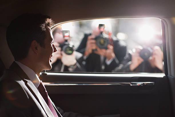 politiker lächeln für paparazzi in hektischen auto - britische politik stock-fotos und bilder