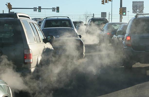 contaminantes nubes de gases de escape aumento en el aire - contaminación ambiental fotografías e imágenes de stock