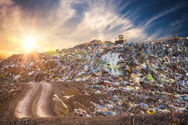 föroreningar koncept. soporna högen i papperskorgen dump eller deponi vid solnedgången. - food waste bildbanksfoton och bilder