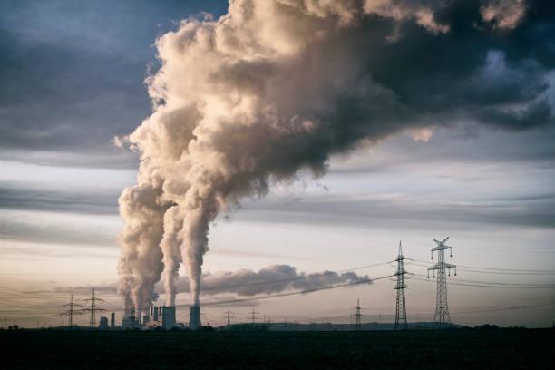 Verschmutzung aus einem Cola-Kraftwerk in den Himmel – Foto