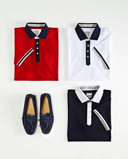 Polo Shirts mit Loafer isoliert auf weißem Hintergrund – Foto