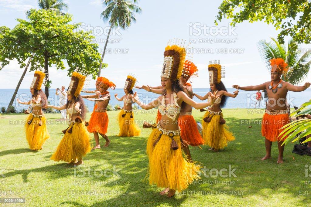 Las mujeres polinesias bailando la danza tradicional en Tahití Papeete, Polinesia francesa. - foto de stock