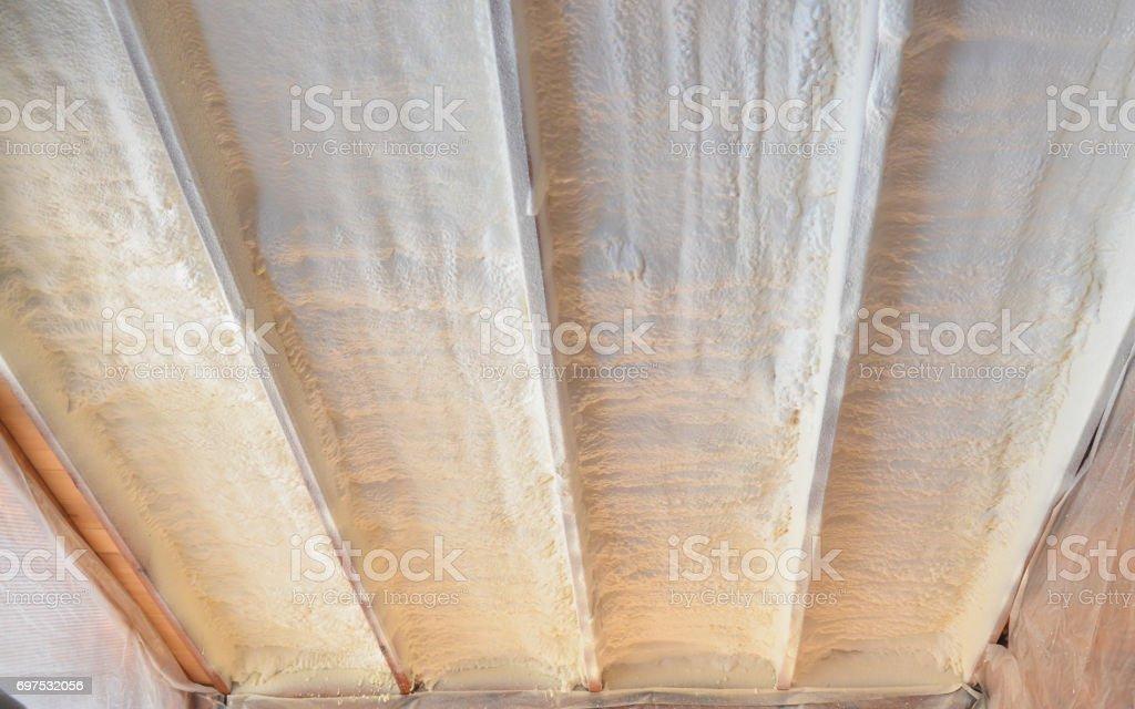 Poliurea pulverización, calentamiento de la capa de la espuma del techo. - foto de stock