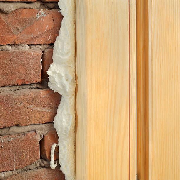 Polyurethan für Tür und Fenster installieren – Foto