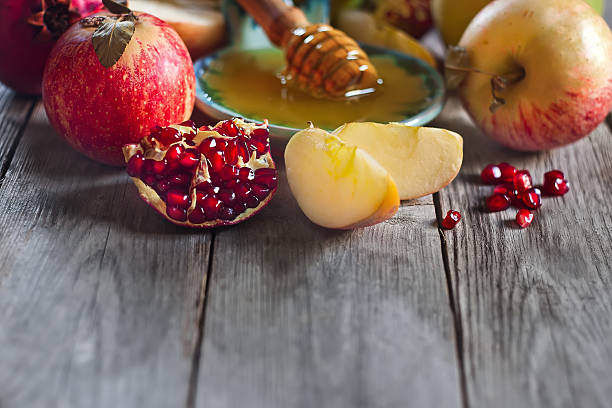 pomegranate, apples and honey background - rosh hashanah 個照片及圖片檔