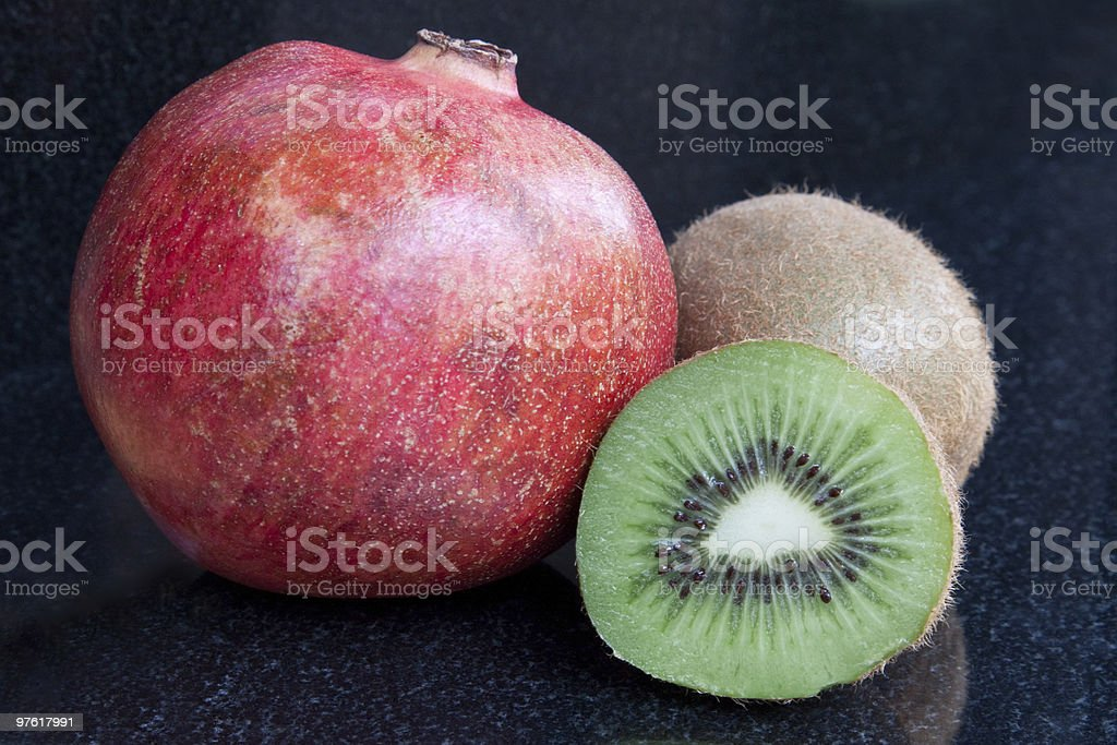 Pomegranate & Kiwi Fruit royaltyfri bildbanksbilder