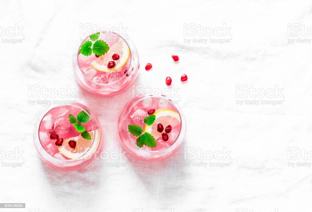 Tequila de romã cocktail. Verão leve bebida alcoólica, aperitivo de refrigeração. Na luz de fundo, a vista superior, espaço livre. Estabelecer o plano - foto de acervo