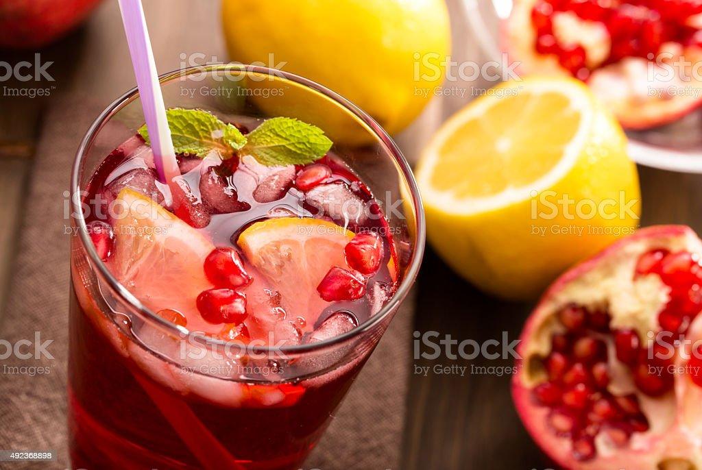 Гранатовый с лимоном и льда вид сверху стоковое фото