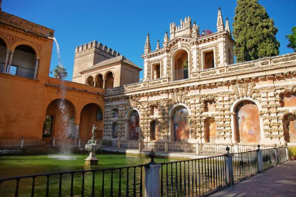 Estanque en Real Alcázar en Sevilla - foto de stock
