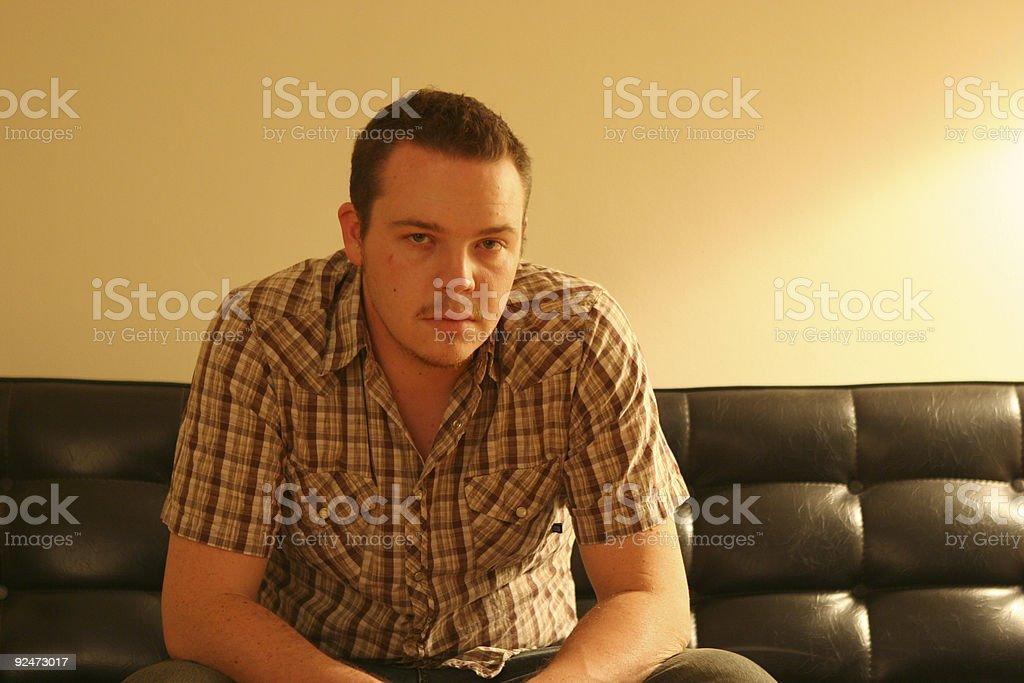 Pondering auf couch Lizenzfreies stock-foto