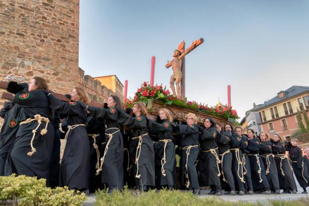 ponferrada, spanien. april 5, 2015. religiösa brödraskap av kvinnor bära ett krucifix under easter parade - easter procession spain bildbanksfoton och bilder