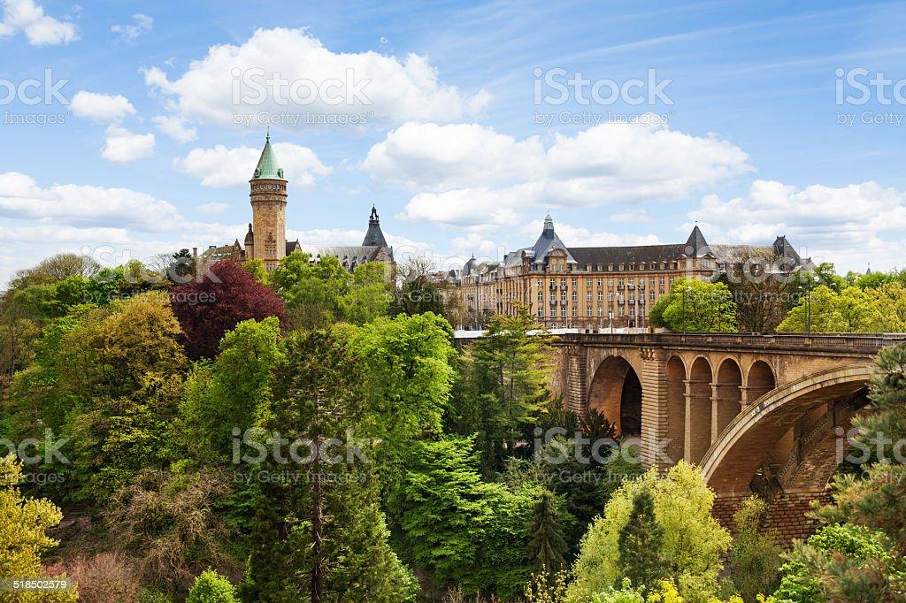 Pont Adolphe y State banco de ahorro en Luxemburgo - foto de stock