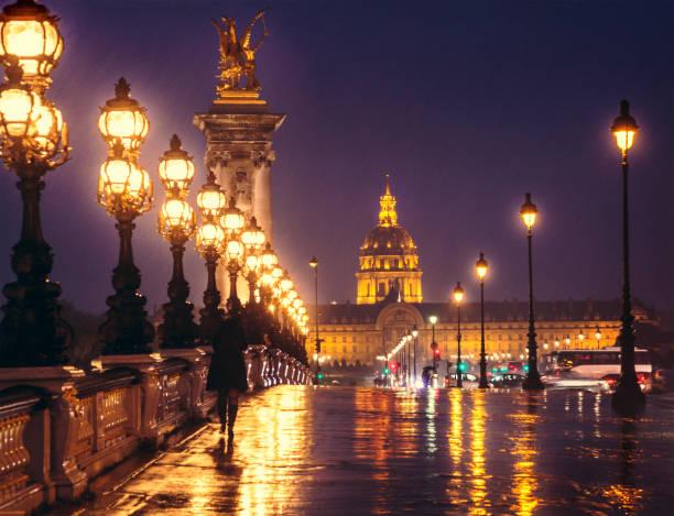 Pont Alexandre III. bei Nacht, mit Blick auf Les Invalides. Paris, Frankreich. – Foto