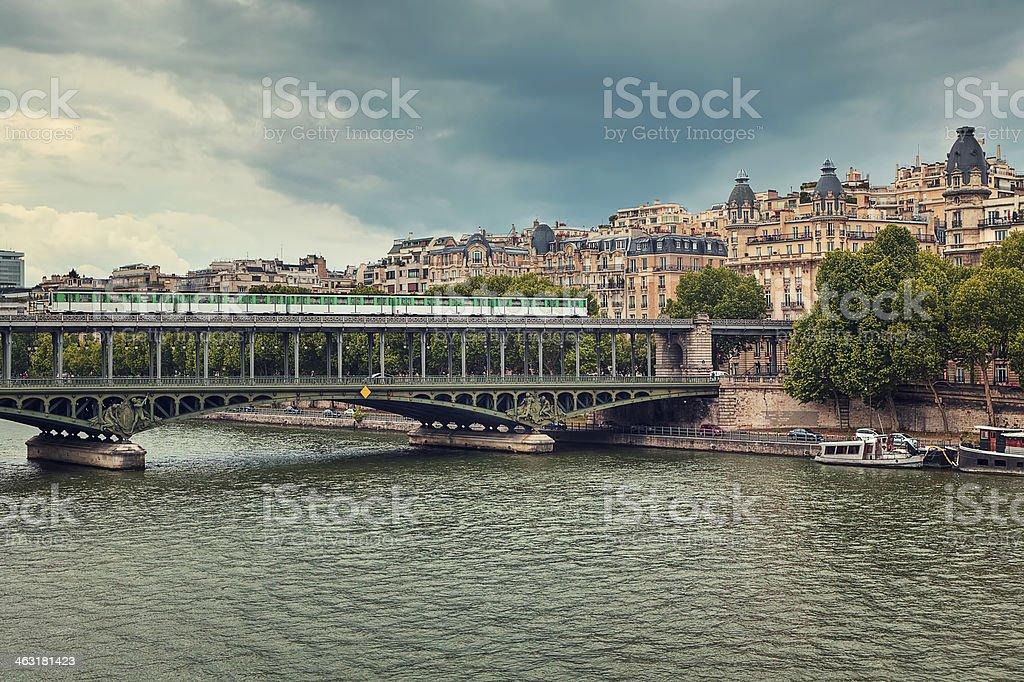 Pont de Bir-Hakeim bridge.  Paris, en France. - Photo