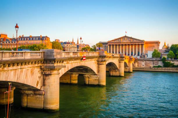 pont de la concorde et l'assemblée nationale au coucher du soleil, paris, france - avion supersonique concorde photos et images de collection