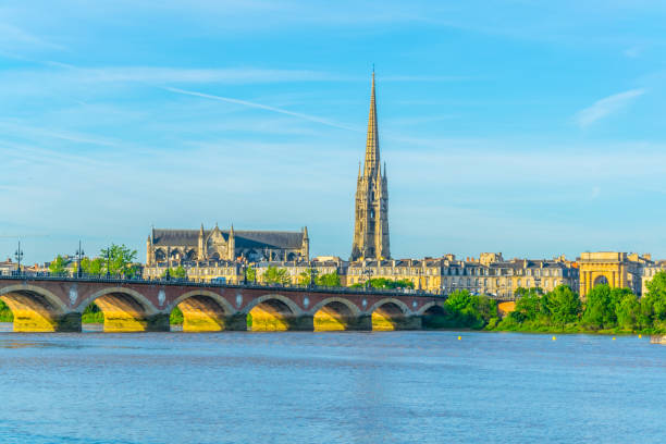 Pont de Pierre and basilica of Saint Michel in Bordeaux, France Pont de Pierre and basilica of Saint Michel in Bordeaux, France bordeaux stock pictures, royalty-free photos & images