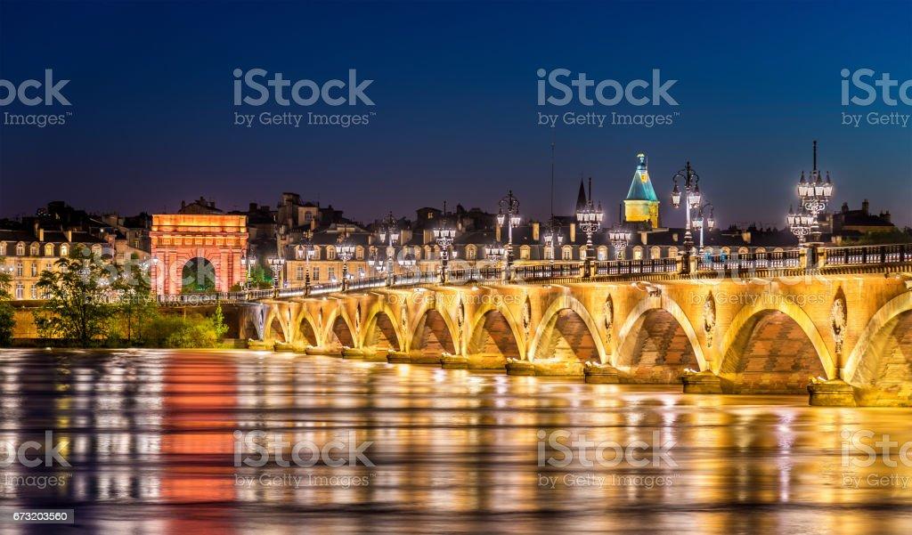 Pont de Pont de Pierre et de la porte Porte de Bourgogne à Bordeaux, France - Photo