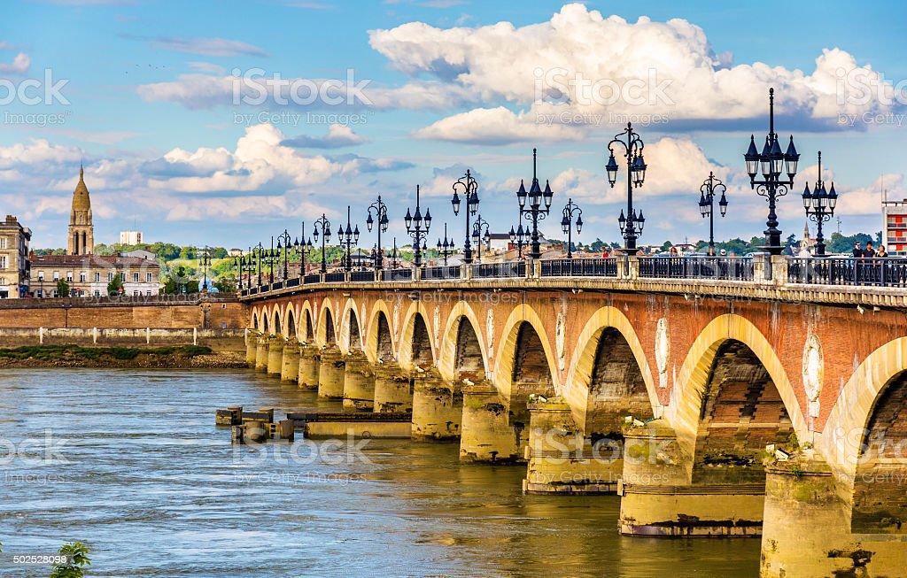 Ponte de pierre em Bordeaux-Aquitaine, França - fotografia de stock
