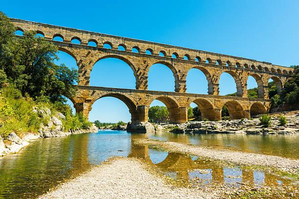 pont du gard in france - pont du gard stockfoto's en -beelden