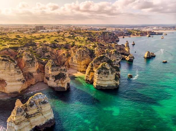 ponta da piedade kliffen luchtfoto in algarve, portugal - portugal stockfoto's en -beelden