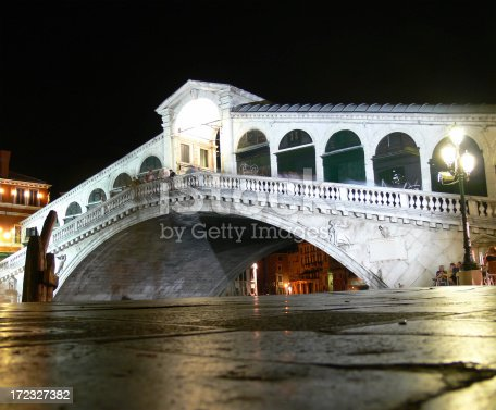istock Ponte di Rialto at night 172327382