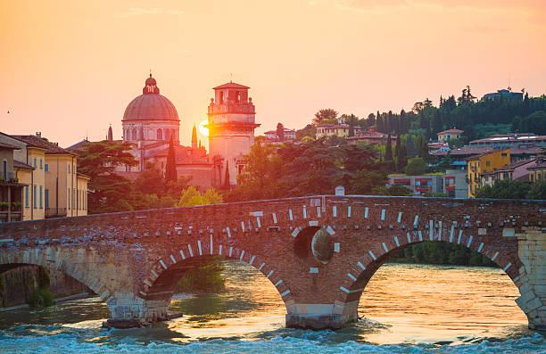 ponte pietra, verona, italien - venezien stock-fotos und bilder
