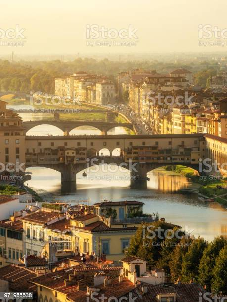 Ponte vecchio bridge in florence italy picture id971955538?b=1&k=6&m=971955538&s=612x612&h=kq8jdv7dkyv0xyfs2cnw9foxiwnx6zmccb014xhmil4=