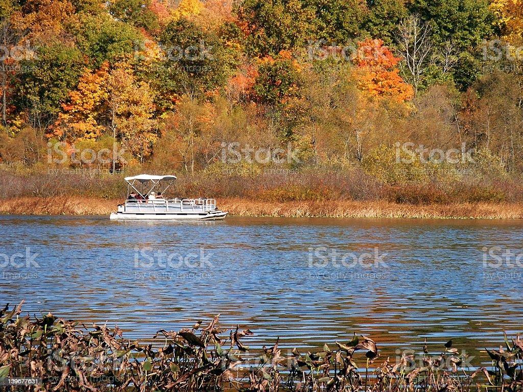 Bote de pontones al lago - foto de stock