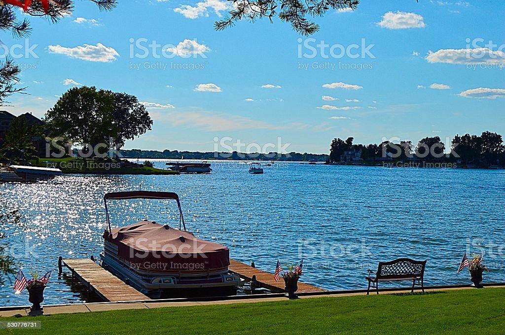Bote de pontones junto al lago - foto de stock