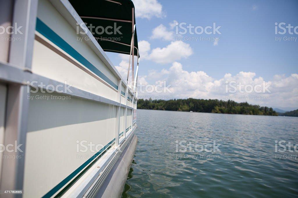 Bateau sur le lac dans les montagnes - Photo
