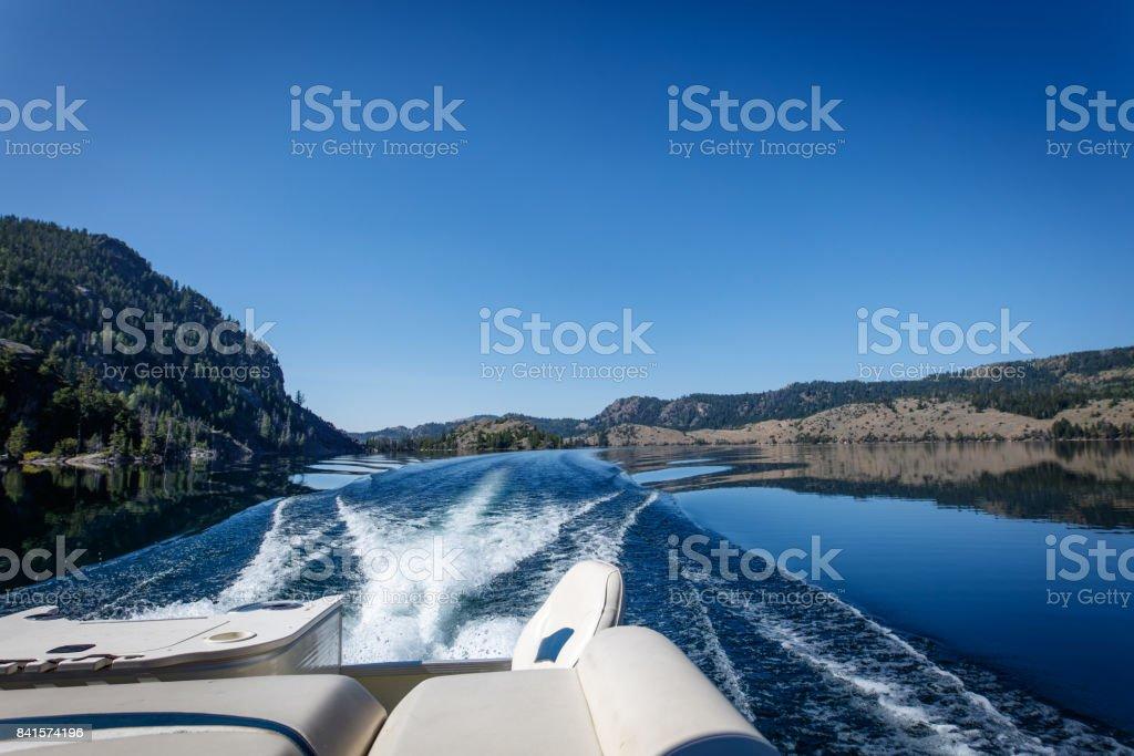 Barco el pontón en el lago - foto de stock
