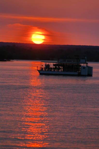 Bateaux pontons sur le fleuve Zambèze au coucher du soleil - Photo