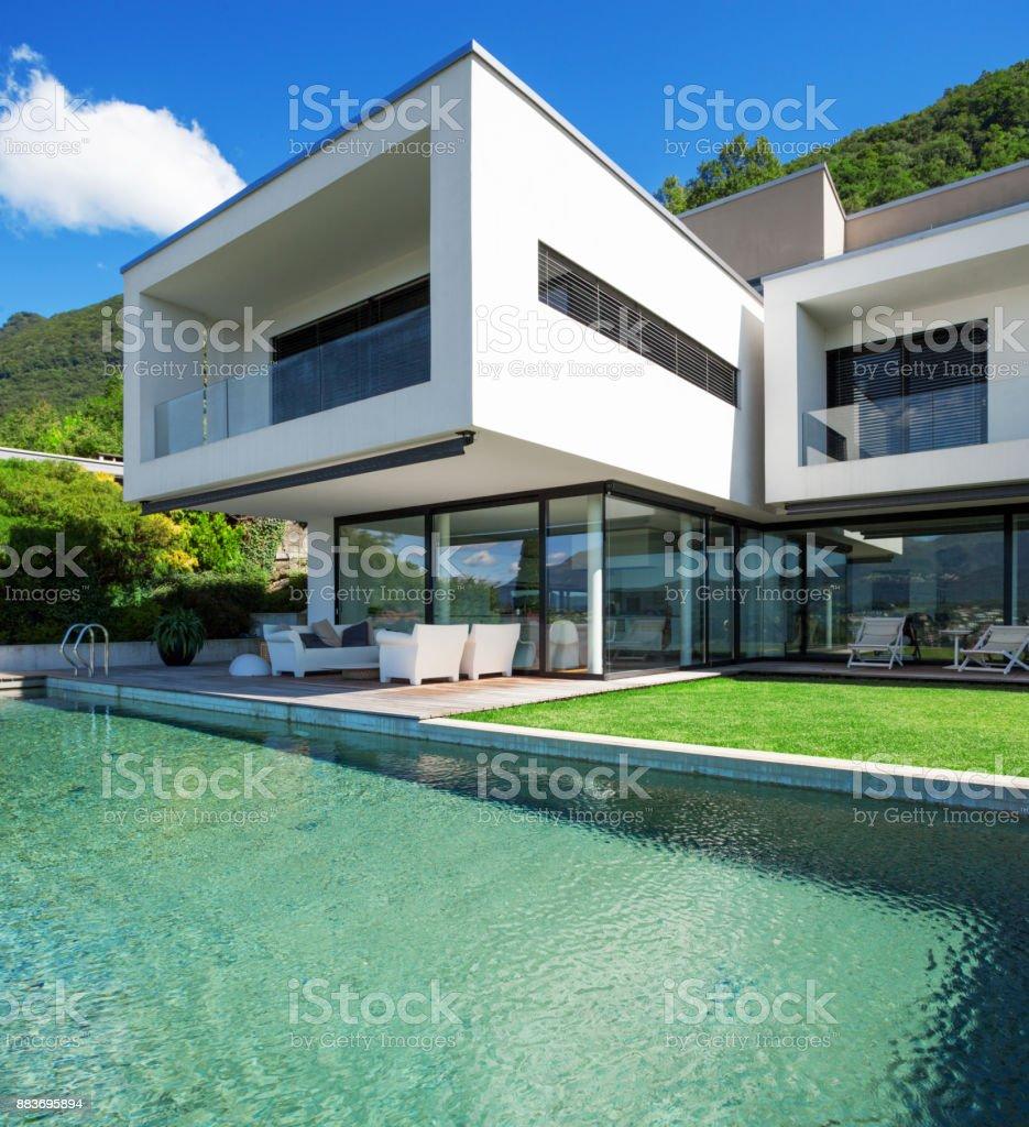 Pool und modernen Haus – Foto