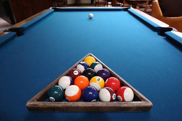 pool-bälle hereingeholt und bereit zum spielen - filzkugeln stock-fotos und bilder